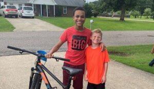 Νεαρός κέρδισε ποδήλατο σε διαγωνισμό και το δώρισε στον φτωχό γείτονά του
